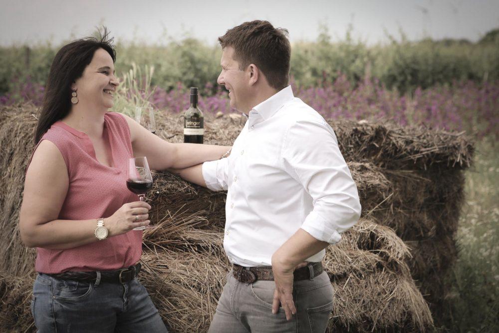 Marietta und Robert Keringer mit einem Glaserl Wein draußen